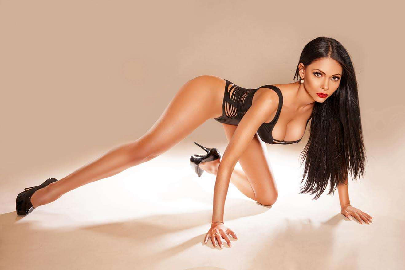 Hot Brunette Escort Clarissa is in Mayfair, London